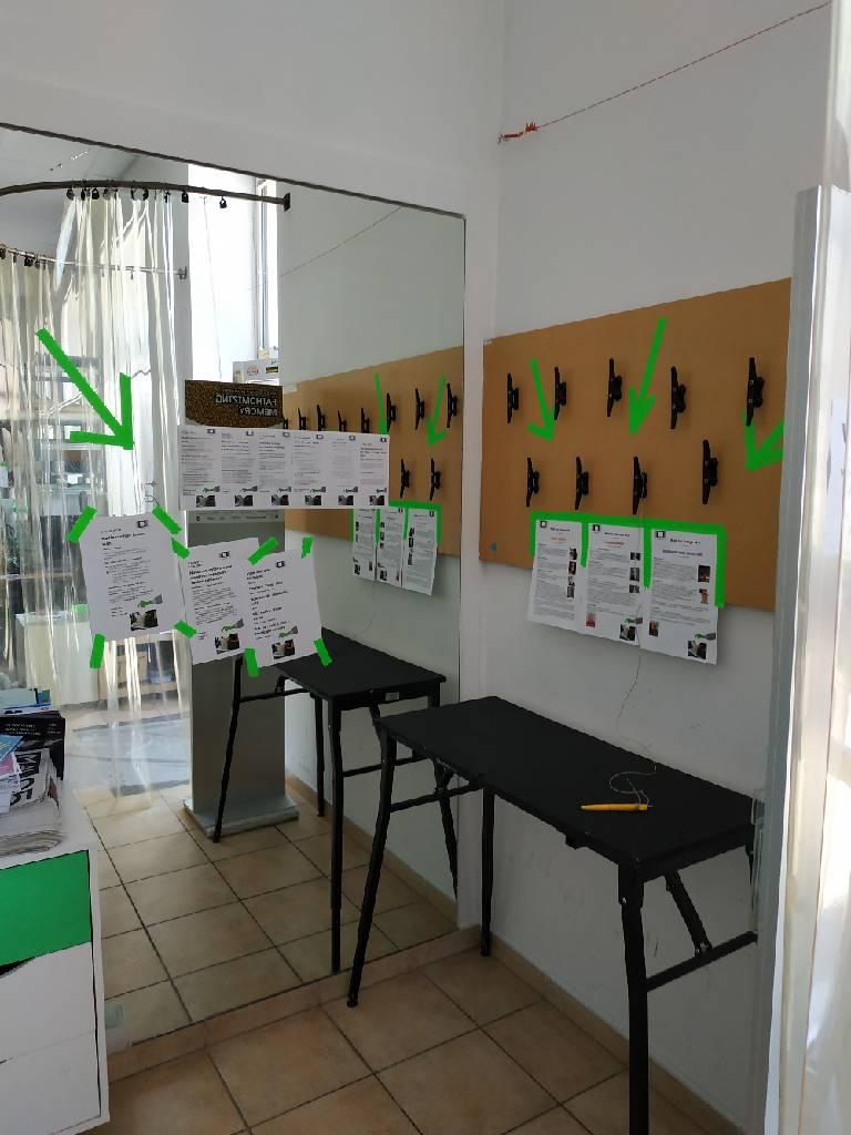 Am Eingang zum Büro von Orange 94.0 ist ein Tisch wo die Wahlzettl ausgefüllt werden können.